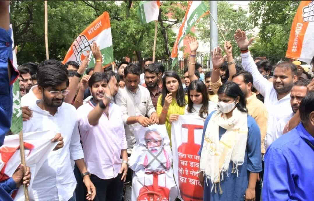 Youth Congress is showing anger on roads against the rising prices of LPG, burnt the effigy of Prime Minister Modi rising prices